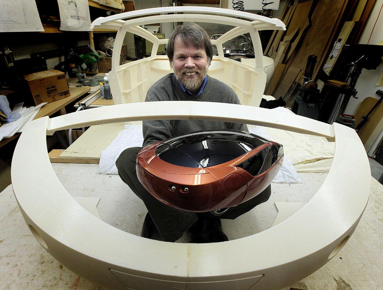 Jim Kor montre la maquette d'Urbee 2